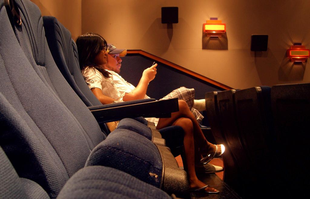 Der Kampf um die Armlehne im Kino.